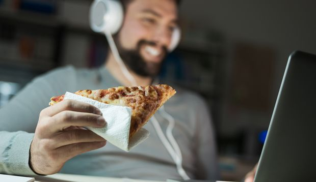 Vor dem Fernseher oder Computer zu essen macht dick