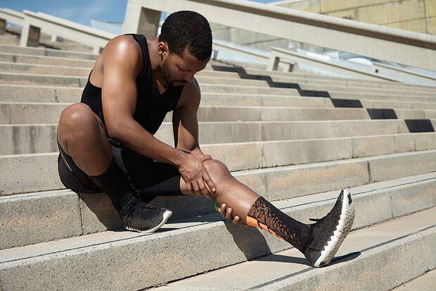 Wadenkrämpfe können direkt beim oder erst mehrere Stunden nach dem Training auftauchen.