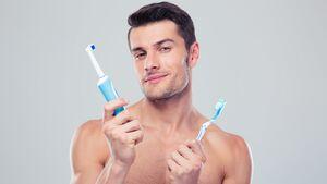 Was ist besser: elektrisch oder per Hand die Zähne putzen?