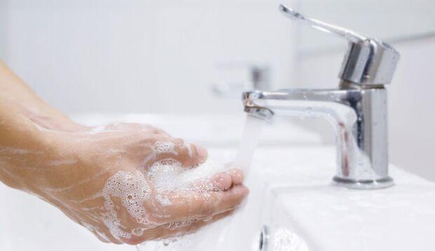 Waschen Sie Ihre Hände mit Seife, um sich vor Grippeviren zu schützen