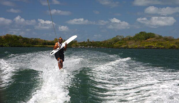 Wasser-Ski für Fortgeschrittene: Trainer Christopher spielt Luftgitarre