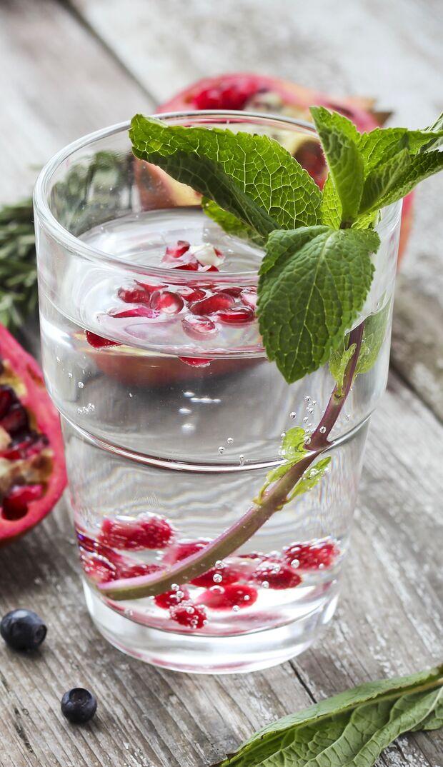 Wasser mit Pfefferminz oder frischen Beeren aufpeppen