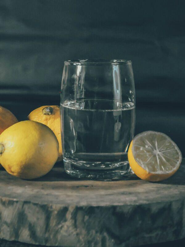 Wasser mit Zitrone sind der ideale Start in den Tag
