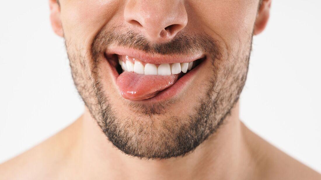 Weiß, rot oder gar schwarz? Ist deine Zunge komisch verfärbt, könnte eine Krankheit dahinterstecken.