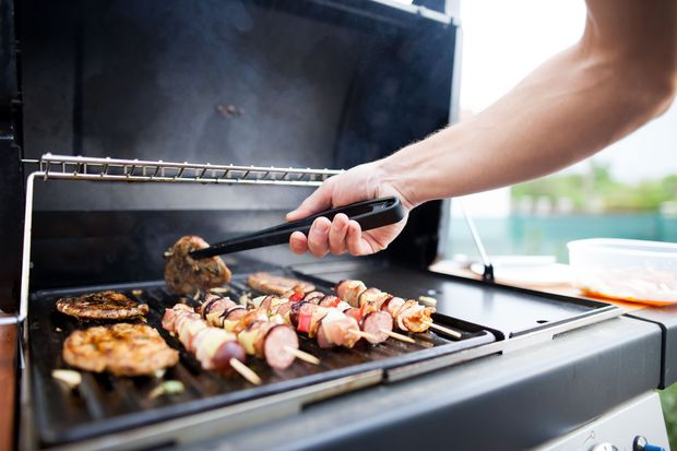 Wende das Fleisch immer mit einer Grillzange