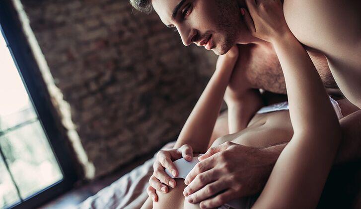 Kerl saugt ihre Brustwarzen