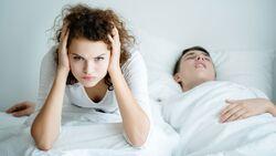 Wenn ein Partner schnarcht, kann das die Beziehung sehr belasten