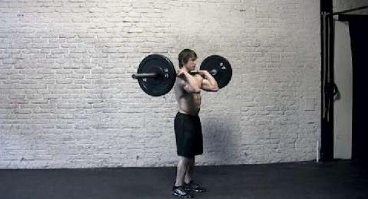 """Wer Langhantel-Schulterdrücken mit einer Viertel-Kniebeuge unterstützt, bewegt 30 Prozent mehr Gewicht.<br /> <br /> a) Hüftbreiter Stand. Die Hantel liegt vorn auf der Schulter (""""rack position""""), wird außerhalb der Schulter gegriffen. Ellbogen heben. <br /> b) Kinn heben, damit die Stange passieren kann. Zum Schwungholen eine Viertel-Kniebeuge absolvieren (Hüfte und Knie nur leicht beugen).<br /> c) Durch eine dynamische Hüftstreckung die Hantel beschleunigen und Armstreckung einleiten. Gewicht nach oben stemmen, dann zu a."""