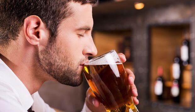 Wer beim Essen Alkohol trinkt, isst automatisch mehr