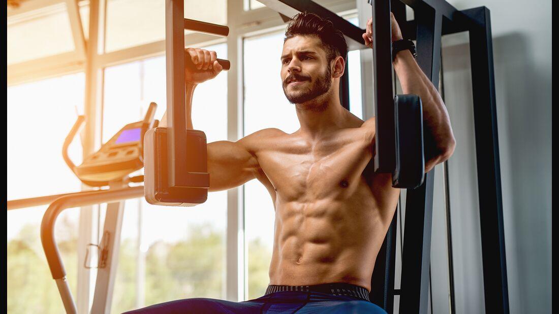 Wer die Zeit, in der die Muskulatur angepannt wird, verlängert, trainiert effektiver. Das Ganze hat auch einen Namen: Time under Tension.