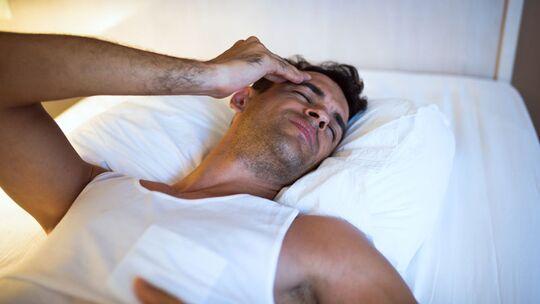 Wer häufig nachts unter Nachtschweiß leidet, sollte einen Arzt konsultieren