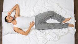 Wer in der Rückenschläfer-Position schläft, gilt als selbstbewusst und aufgeschlossen.
