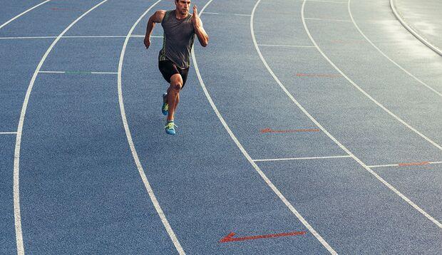 Wer regelmäßig Vollgas gibt, beschleunigt den Muskelaufbau.