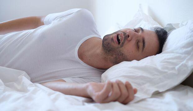 Wer schnarcht, könnte unter gefährlichen nächtlichen Atemaussetzern leiden