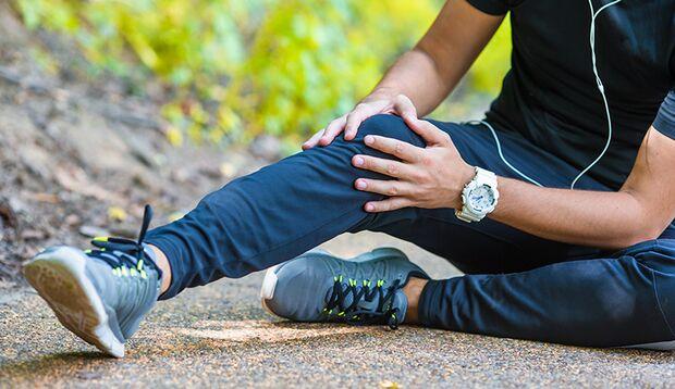 Wer seine Oberschenkel und das Gesäß mit Krafttraining stärkt, bleibt wegen Knieschmerzen nicht mehr auf der Strecke.