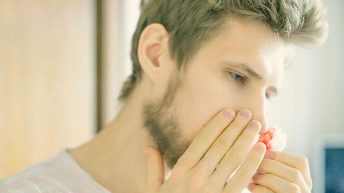 Wer sich viel in Innenräumen bei Heizungsluft oder angeschalteter Klimaanlage aufhält, bekommt leicht einmal Nasenbluten
