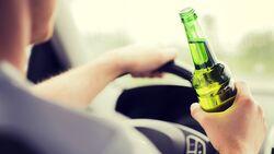 Wer während der Fahrt hinterm Steuer ein Bier trinkt, genießt den Schutz des deutschen Gesetzgebers