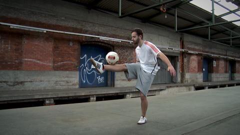 Werden Sie zum Künstler am Ball! Florian Halimi zeigt die coolsten Fußball-Freestyle-Tricks im Video, mit denen Sie auf und neben dem Platz Eindruck machen können.