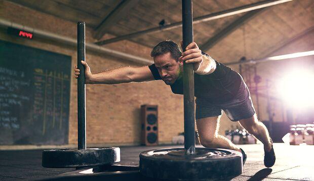 Wie groß das Gewicht heute sein darf, hängt vom Trainingsziel und der Tagesform abWer immer auf Hochtouren trainiert, ohne dabei auf die entsprechende Erholung zu achten, riskiert eine Art sportlichen Burn-Out