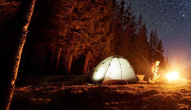 Wild zu campen ist in Deutschland verboten. In vielen Regionen werden allerdings immer mehr Zeltplätze an Trekking-Routen eingerichtet.