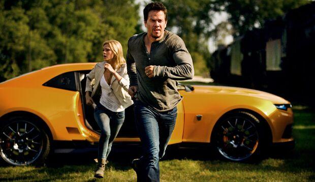 Yaeger (Mark Wahlberg) und seine Tochter Tessa (Nicola Peltz) auf der Flucht