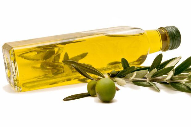 Zu den gesündesten Lebensmitteln für Männer gehört Olivenöl