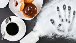 Zucker steckt in vielen Lebensmitteln und lauert uns auf
