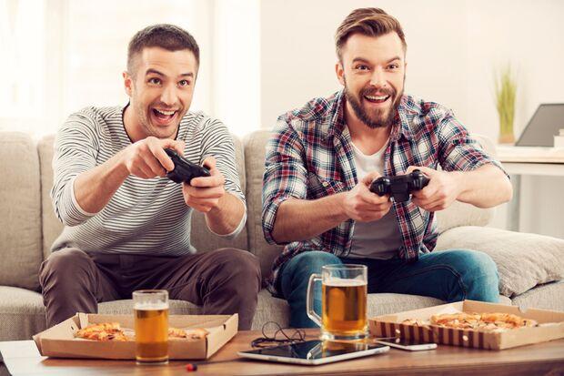 Zwei Freunde haben Spaß beim Spielen von Videogames