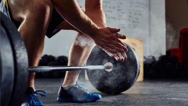 Zwei- bis dreimal die Woche solltest du deine Muskeln trainieren.