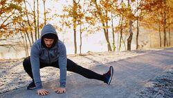 baranq_outdoor_sportarten_herbst_tophighlight_mann_streching