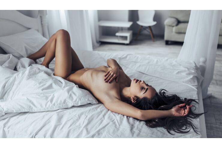 sexy oben ohne busen masage