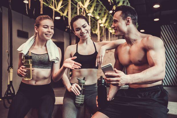 sh_George Rudy_631377836_fitnesstudio_handy_frauen_mann_training_flirten_800x533.jpg